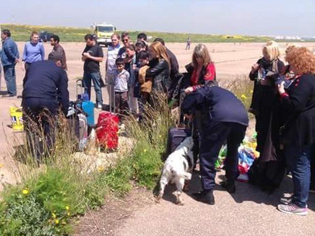 Passageiros e malas foram revistadas pelos policiais (Foto: Arquivo pessoal / André Cury)