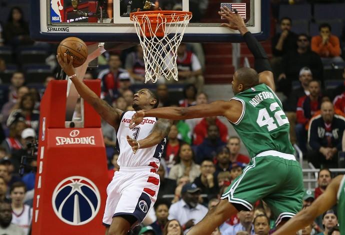 Bradley Beal, do Washington Wizards, sobe para a cesta marcado por Al Horford. do Boston Celtics (Foto: Reuters/Geoff Burke-USA TODAY Sports)