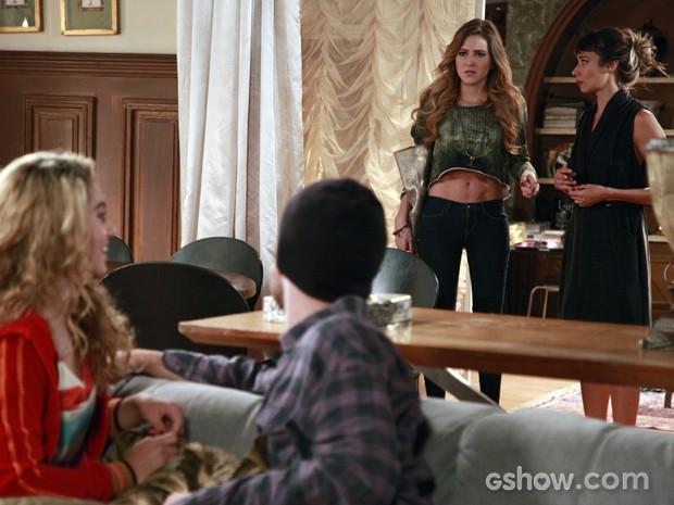 Sofia não esconde o ciúmes ao encontrar Sidney e Meg juntos (Foto: Ellen Soares / Malhação)