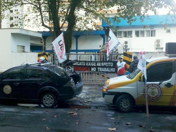 Funcionários e sindicalistas protestam em frente a unidade da Sabesp (Foto: Myriam Cristina Veiga/VC no G1)