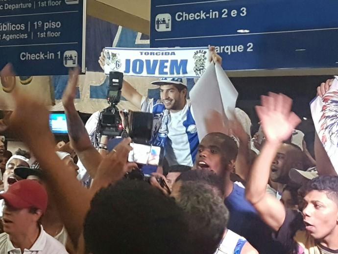Lucas Silva é carregado pelos torcedores do Cruzeiro na chegada a Confins (Foto: Divulgação/Cruzeiro)