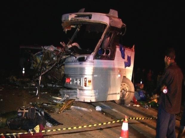 Acidente entre ônibus e caminhão deixa ao menos 5 mortos e 22 feridos, em Goiás, Cristalina (Foto: Reprodução/TV Anhanguera)
