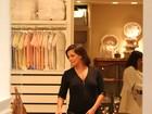 Grávida, Deborah Secco faz compras para sua primeira filha