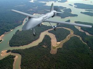 Simulação mostra uso do drone Falcão, em reconhecimento armado, sobrevoando a Amazônia (Foto: Avibras/divulgação)