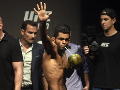 UFC 190 pesagem: Hugo Wolverine toma água de coco (Foto: André Durão)