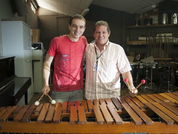 O primeiro Blue Man brasileiro visitou e agradeceu o seu antigo professor de percussão Luis Marcos Caldana (Foto: Kazuo Watanabe/Conservatório de Tatuí)