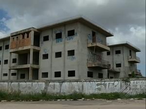 As obras teriam começado em 2012 e até agora não foram retomadas. (Foto: Reprodução/TV Liberal)