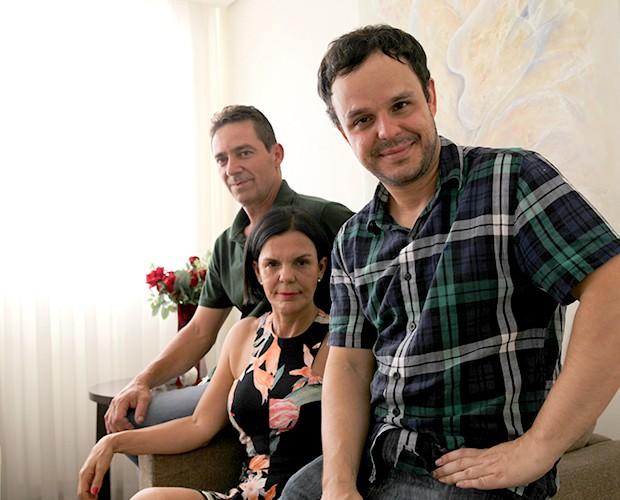 Adrilles mora com a mãe Izilda e o padrasto Vitor (Foto: Leonardo Viso/Gshow)