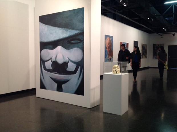 A máscara de Guy Fawkes fez parte da exibição sobre o trabalho de David Lloyd (Foto: Divulgação/RPC TV)