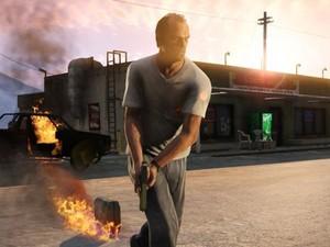 Trevor, um dos personagens do game, coloca fogo em carro em 'GTA V' (Foto: Divulgação)
