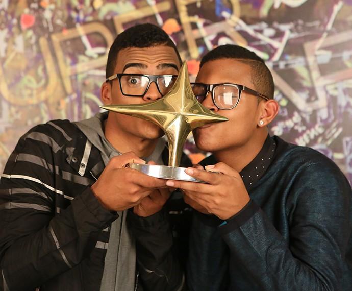 Lucas e Orelha comemoram com o troféu do programa (Foto: Isabella Pinheiro / Gshow)