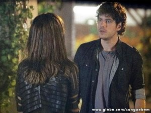 Bento cobra explicações de Charlene sobre beijo em Wilson  (Foto: Sangue Bom / TV Globo)