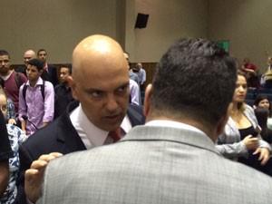 Secretário conversa antes de divulgar dados em evento promovido por faculdade de SP (Foto: Will Soares/G1)