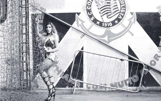 Tati Minerato, rainha da bateria da Gaviões, posa para ensaio de carnaval. (Foto: Iwi Onodera / EGO)