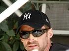 Hugh Jackman é fotografado com curativo no nariz em Nova York
