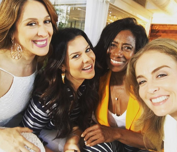 Claudia Raia, Fernanda Souza, Glória Maria e Angélica se divertem em gravação (Foto: Arquivo Pessoal)