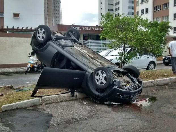 Condutor perde controle da direção e carro capota em Aracaju (Foto: SMTT / Divulgação)
