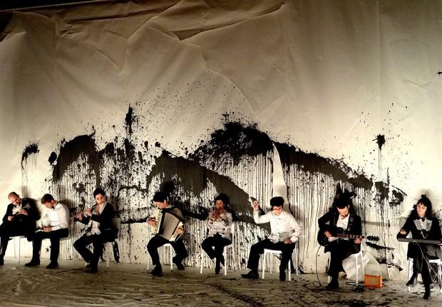 Atores em cena de um dos segmentos do projeto teatral Puzzle, idealizado por Felipe Hirsch, que propõe uma apresentação literária do Brasil. (Foto: Divulgação)