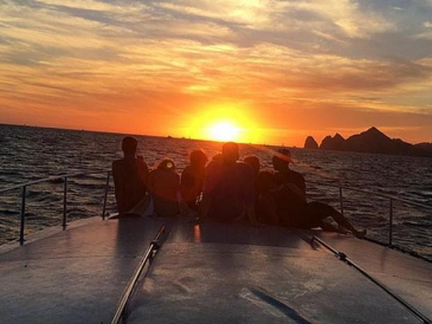 Nina Dobrev curte passeio de barco com amigas (Foto: Instagram/ Reprodução)