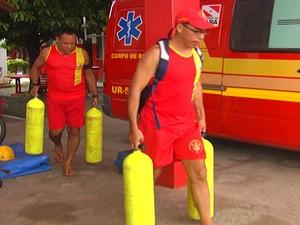 Equipe do Corpo de Bombeiros de Santarém foram chamados para fazer as buscas (Foto: Reprodução TV Tapajós)
