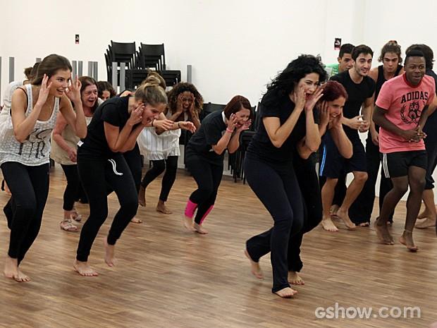 A atriz solta a voz e o corpo durante uma das aulas de preparação de elenco (Foto: Pedro Curi / TV Globo)