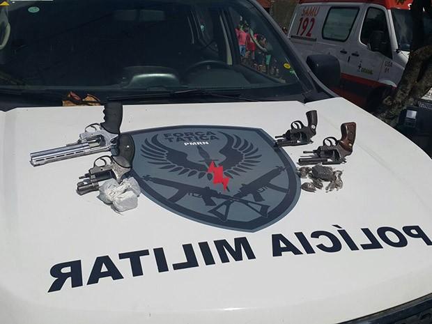 Foram apreendidas quatro armas de fogo com os suspeitos (Foto: Divulgação/Polícia Militar do RN)