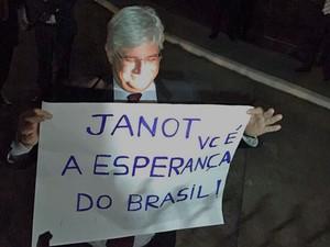 Janto segura cartaz levado por manifestantes à Procuradoria Geral da República (Foto: Divulgação / Movimento Vem pra Rua)