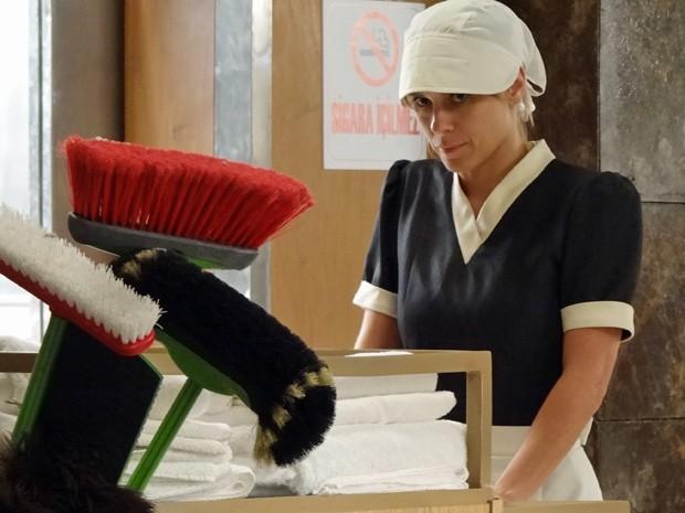 Garota aproveita para escapar disfarçada de arrumadeira (Foto: Salve Jorge / TV Globo)