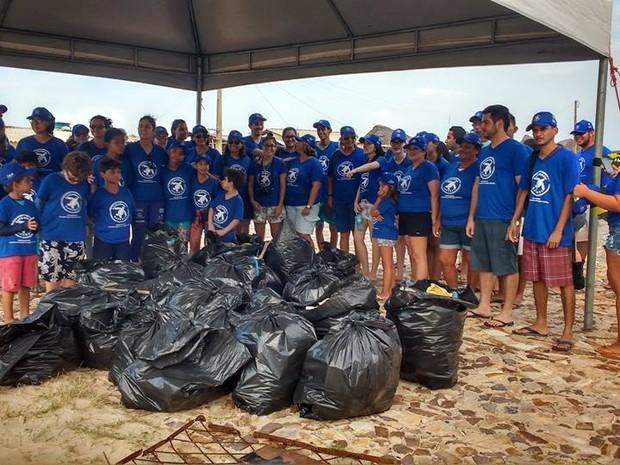 Grupo percorreu toda a praia recolhendo o lixo deixado pelos banhistas (Foto: Projeto Biomade/Divulgação)