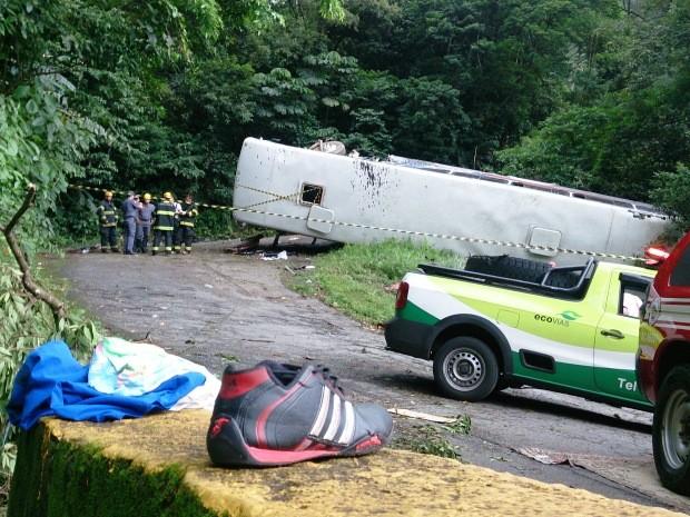 Roupas e sapatos de algumas vítimas ficaram pelo local do acidente (Foto: Orion Pires / G1)