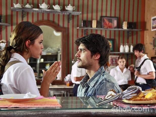 Helena e Laerte discutem no meio do café (Foto: Ellen Soares/ TV Globo)