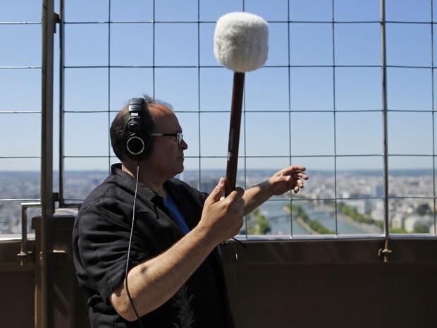 Joseph Bertolozzi grava 'Tower music' com sons colhidos na Torre Eiffel, em Paris (Foto: Reuters/Benoit Tessier)