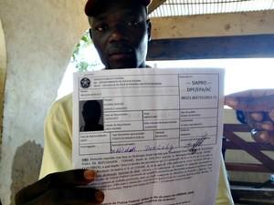 Haitiano recebe documento da polícia federal (Foto: Veriana Ribeiro / G1)
