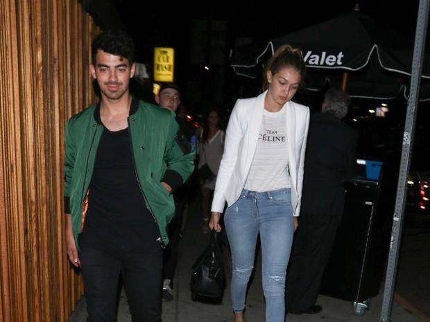 Joe Jonas e Gigi Hadid em Los Angeles, nos Estados Unidos (Foto: Grosby Group/ Agência)