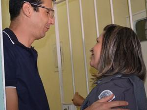 A policial militar cabo Marina conheceu  David,pai de Laura que nasceu de parto natural na garagem de casa (Foto: Jamile Santana/G1)
