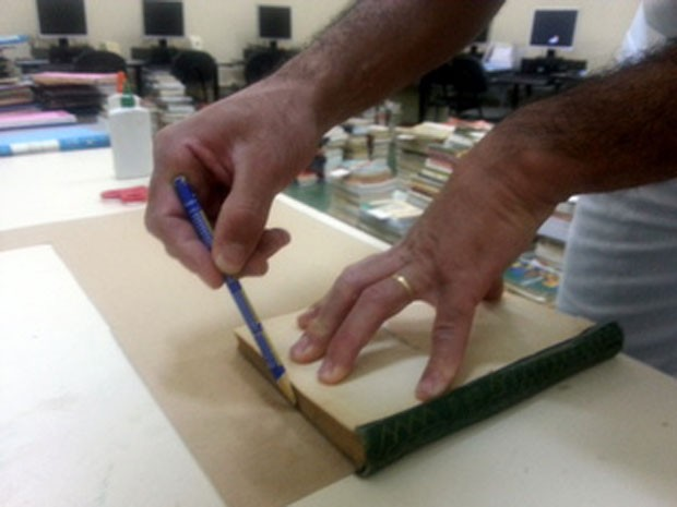 Presidiário reforma livro de biblioteca da Penitenciária do Distrito Federal I  (Foto: Raquel Morais/G1)