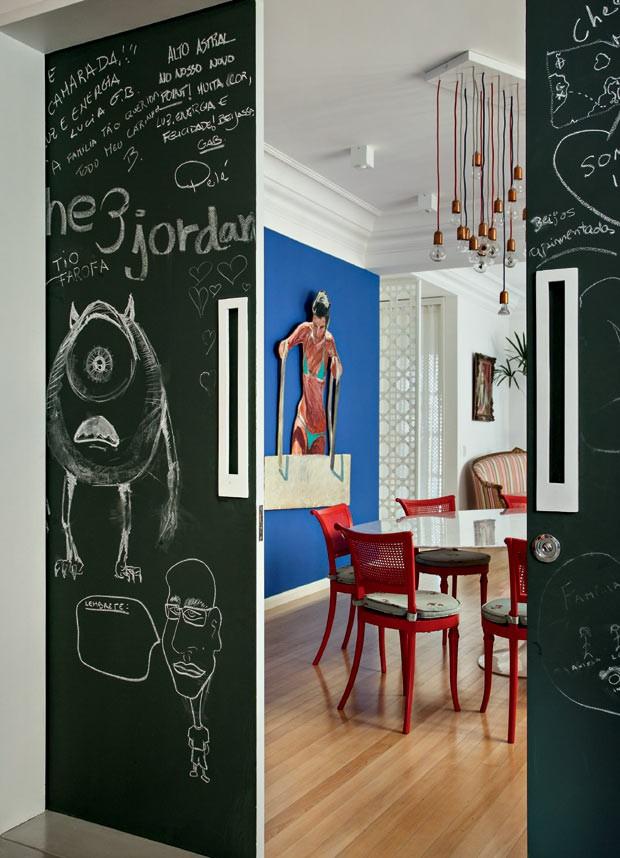 Porta-tinta-preta-fosca-lousa-arquiteto-felipe-rio-branco (Foto: Denilson Machado/MCA Estúdio/Editora Globo)