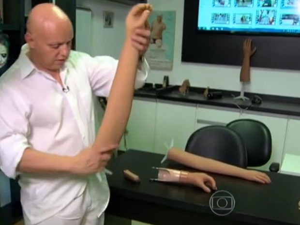 Menino afirmou que tem interesse em desenhar um tigre na prótese (Foto: Reprodução/TV Globo)