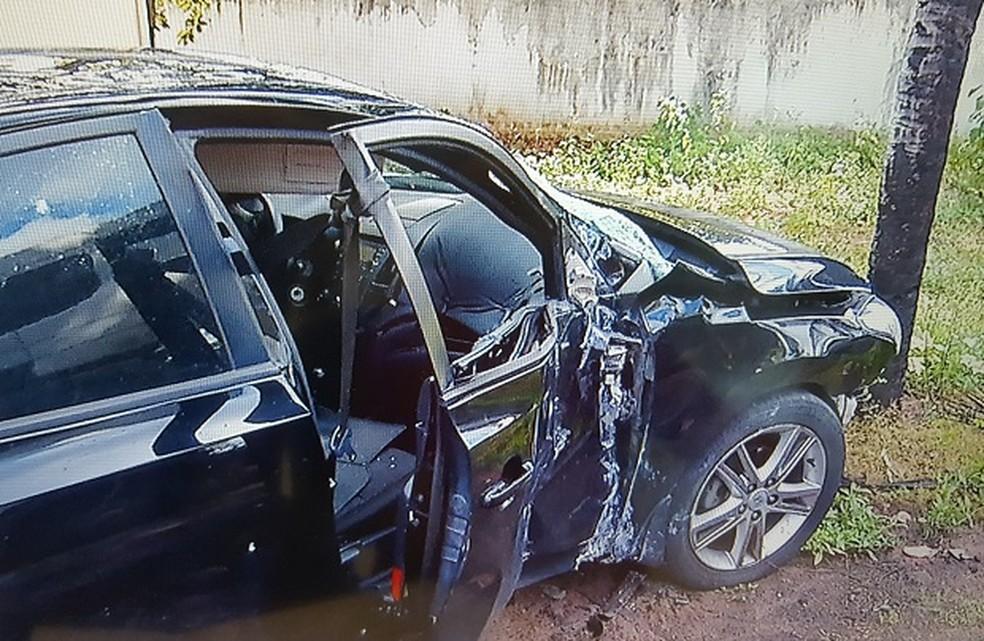 Carro roubado pelos bandidos também foi batido durante confronto com a PM (Foto: Reprodução / InterTV Cabugi)