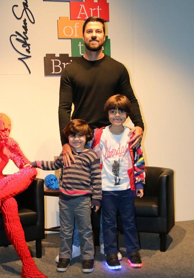 O empresário Carlos Eduardo Baptista, marido de Juliana Paes, com os filhos, Antônio e Pedro (Foto: Fabio Moreno/AgNews)