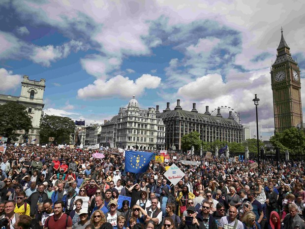 Manifestantes exibem cartazes na Praça do Parlamento em Londres, na Inglaterra, durante uma 'Marcha pela Europa'  contra a decisão da Grã-Bretanha de deixar a União Europeia (Foto: Neil Hall/Reuters)