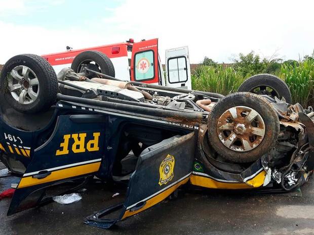 Viatura da PRF capota em rodovia da Bahia e três agentes ficaram feridas (Foto: Divulgação/PRF)