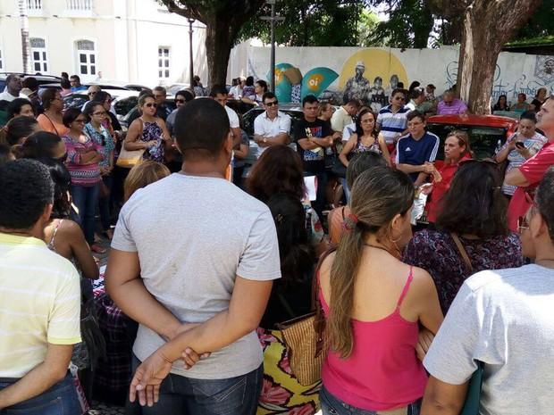 Educadores das redes estaduais e municipais se reuniram em frente ao Palácio dos Leões, sede da Prefeitura de São Luís (Foto: Danilo Quixaba/Mirante AM)