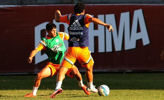 Ayrton disputa lance com Fred no treino do Flu (Foto: Nelson Perez/Fluminense FC)