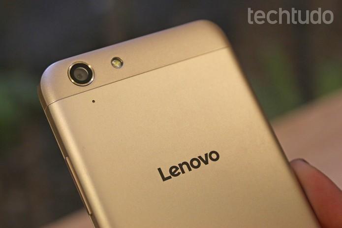 Lenovo K5 vem com design metálico em três cores (Foto: Caio Bersot/TechTudo)