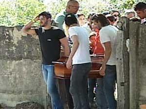 Gusttavo Lima e parentes carregam o caixão (Foto: Reprodução / TV Integração)