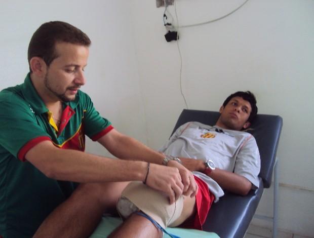 Eloir no tratamento com o fisioterapeuta Marcos Ricelli (Foto: Afonso Diniz)