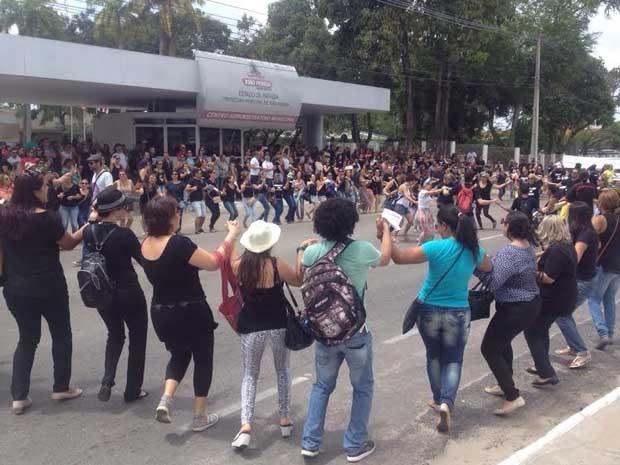 Servidores se concentraram em frente ao Centro Administrativo de João Pessoa (Foto: Walter Paparazzo/G1)