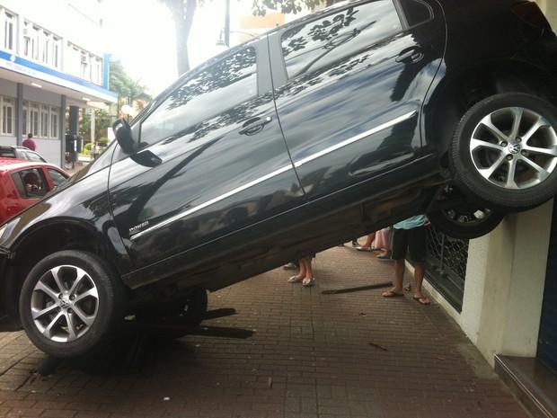 Carro subiu em cima de um banco em Blumenau (Foto: Vanessa Moltini/RBS TV)