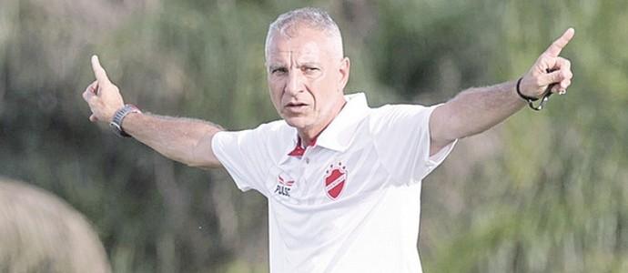 Márcio Fernandes terá problemas para escalar o Vila Nova (Foto: O Popular)